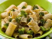 Macarrones con brócolis gratinados