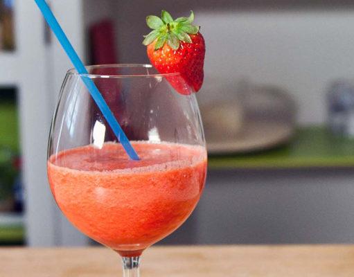 Batido desintoxicante de fresas y piña